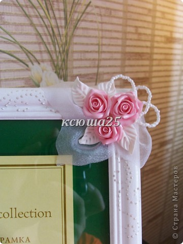 Всем привет. Вот заказала девочка себе рамочку на пол года совместной жизни,маленький такой праздник для двоих,сюрприз для мужа))) Розы сделаны из пластики запекаемой Фимо. Мк этой рамки можно посмотреть вот здесь в моем блоге http://stranamasterov.ru/node/93572 . фото 2