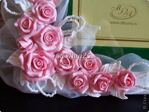 Всем привет. Вот заказала девочка себе рамочку на пол года совместной жизни,маленький такой праздник для двоих,сюрприз для мужа))) Розы сделаны из пластики запекаемой Фимо. Мк этой рамки можно посмотреть вот здесь в моем блоге http://stranamasterov.ru/node/93572 . фото 4