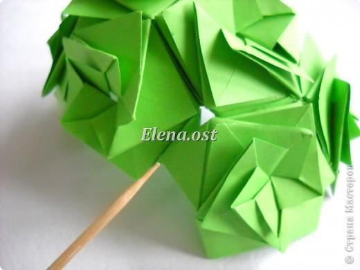 Кусудама Enrica. 60 модулей. Собираем 12 цветов-звездочек на клей по пять модулей. При квадрате 5Х5 см размер кусудамы 8 см, при 7Х7 см - 12 см. Бумагу лучше брать офисную для принтера или специальную для оригами. При копировании статьи, целиком или частично, пожалуйста, указывайте активную ссылку на источник! http://stranamasterov.ru/node/157778 http://stranamasterov.ru/user/9321  фото 40