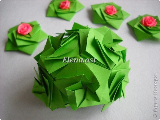 Кусудама Enrica. 60 модулей. Собираем 12 цветов-звездочек на клей по пять модулей. При квадрате 5Х5 см размер кусудамы 8 см, при 7Х7 см - 12 см. Бумагу лучше брать офисную для принтера или специальную для оригами. При копировании статьи, целиком или частично, пожалуйста, указывайте активную ссылку на источник! http://stranamasterov.ru/node/157778 http://stranamasterov.ru/user/9321  фото 41
