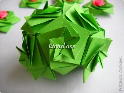 Кусудама Enrica. 60 модулей. Собираем 12 цветов-звездочек на клей по пять модулей. При квадрате 5Х5 см размер кусудамы 8 см, при 7Х7 см - 12 см. Бумагу лучше брать офисную для принтера или специальную для оригами. При копировании статьи, целиком или частично, пожалуйста, указывайте активную ссылку на источник! http://stranamasterov.ru/node/157778 http://stranamasterov.ru/user/9321  фото 42