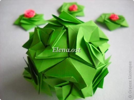 Кусудама Enrica. 60 модулей. Собираем 12 цветов-звездочек на клей по пять модулей. При квадрате 5Х5 см размер кусудамы 8 см, при 7Х7 см - 12 см. Бумагу лучше брать офисную для принтера или специальную для оригами. При копировании статьи, целиком или частично, пожалуйста, указывайте активную ссылку на источник! http://stranamasterov.ru/node/157778 http://stranamasterov.ru/user/9321  фото 44