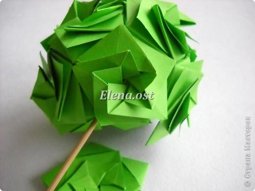 Кусудама Enrica. 60 модулей. Собираем 12 цветов-звездочек на клей по пять модулей. При квадрате 5Х5 см размер кусудамы 8 см, при 7Х7 см - 12 см. Бумагу лучше брать офисную для принтера или специальную для оригами. При копировании статьи, целиком или частично, пожалуйста, указывайте активную ссылку на источник! http://stranamasterov.ru/node/157778 http://stranamasterov.ru/user/9321  фото 45