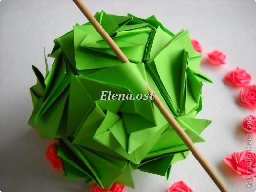 Кусудама Enrica. 60 модулей. Собираем 12 цветов-звездочек на клей по пять модулей. При квадрате 5Х5 см размер кусудамы 8 см, при 7Х7 см - 12 см. Бумагу лучше брать офисную для принтера или специальную для оригами. При копировании статьи, целиком или частично, пожалуйста, указывайте активную ссылку на источник! http://stranamasterov.ru/node/157778 http://stranamasterov.ru/user/9321  фото 50