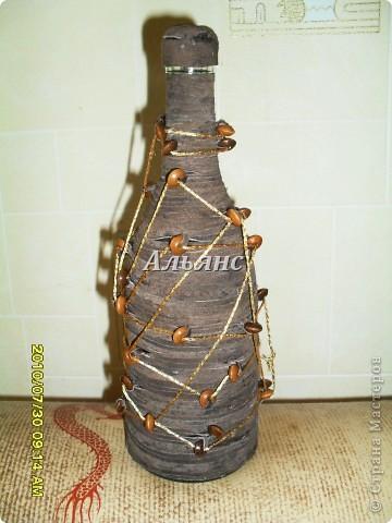 Декор бутылки. Использовано:тесьма из замши, пряжа, деревянные бусины.