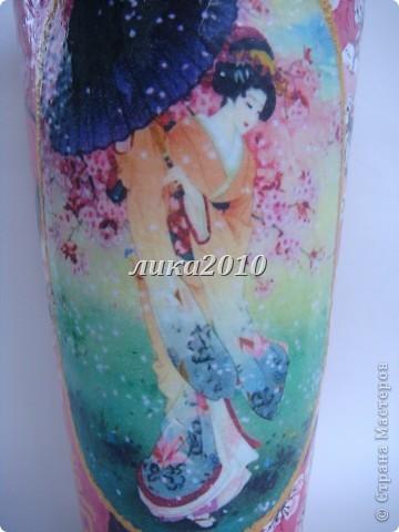 Все началось с  вазы, которую купила по случаю в магазине, еще не зная зачем. Просто так... Дочь вообще сказала, что это не ваза, а стакан для сока литра на 2-2,5 (ну, любит она очень сок) и никак не хотела отдавать мне его на творческие терзания. На следующий день были куплены салфетки, на которых, скорее всего, изображен яблоневый цвет (все таки в Украине живем), но моя разгулявшаяся фантазия упорно говорила, что на сакуру тоже похоже. фото 2