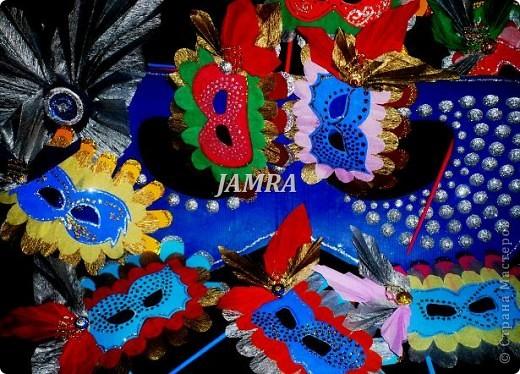 Каникулы мои позади ...... Итог моего *отдыха* -маски , маски , маски..... За пару недель мне нужно было приготовить к празднику * Бразильский карнавал * 20 масок для моих пупсов . В наличии знакомый набор ...... . бумага цветная и ........у нас ее крепо называют (мягкая на ощупь ,простите не знаю как порусски) , картон , клей ПВА , шприц без иглы , небольшой кусок декоративной ткани (сетка) , краски и еще мне пригодился гипс и пайетки ( вот что мне больше всего понравилось ) . Долго размышляла на какую тематику изготовить маски ....зверюшки , цветы , рыбки и........так далее.......все это уже проходили , мне же хотелось нового и обязательно карнавального ! фото 1