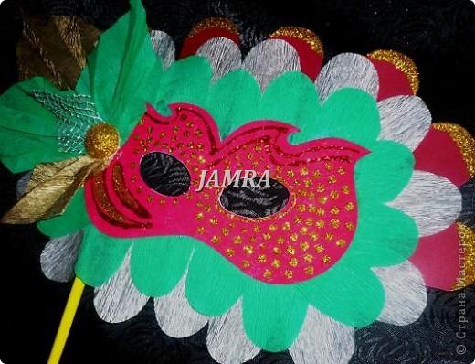 Каникулы мои позади ...... Итог моего *отдыха* -маски , маски , маски..... За пару недель мне нужно было приготовить к празднику * Бразильский карнавал * 20 масок для моих пупсов . В наличии знакомый набор ...... . бумага цветная и ........у нас ее крепо называют (мягкая на ощупь ,простите не знаю как порусски) , картон , клей ПВА , шприц без иглы , небольшой кусок декоративной ткани (сетка) , краски и еще мне пригодился гипс и пайетки ( вот что мне больше всего понравилось ) . Долго размышляла на какую тематику изготовить маски ....зверюшки , цветы , рыбки и........так далее.......все это уже проходили , мне же хотелось нового и обязательно карнавального ! фото 11