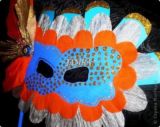 Каникулы мои позади ...... Итог моего *отдыха* -маски , маски , маски..... За пару недель мне нужно было приготовить к празднику * Бразильский карнавал * 20 масок для моих пупсов . В наличии знакомый набор ...... . бумага цветная и ........у нас ее крепо называют (мягкая на ощупь ,простите не знаю как порусски) , картон , клей ПВА , шприц без иглы , небольшой кусок декоративной ткани (сетка) , краски и еще мне пригодился гипс и пайетки ( вот что мне больше всего понравилось ) . Долго размышляла на какую тематику изготовить маски ....зверюшки , цветы , рыбки и........так далее.......все это уже проходили , мне же хотелось нового и обязательно карнавального ! фото 10