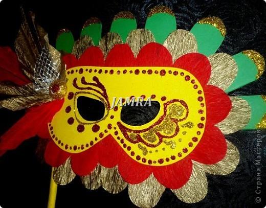 Каникулы мои позади ...... Итог моего *отдыха* -маски , маски , маски..... За пару недель мне нужно было приготовить к празднику * Бразильский карнавал * 20 масок для моих пупсов . В наличии знакомый набор ...... . бумага цветная и ........у нас ее крепо называют (мягкая на ощупь ,простите не знаю как порусски) , картон , клей ПВА , шприц без иглы , небольшой кусок декоративной ткани (сетка) , краски и еще мне пригодился гипс и пайетки ( вот что мне больше всего понравилось ) . Долго размышляла на какую тематику изготовить маски ....зверюшки , цветы , рыбки и........так далее.......все это уже проходили , мне же хотелось нового и обязательно карнавального ! фото 19