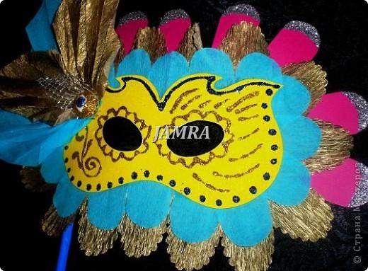 Каникулы мои позади ...... Итог моего *отдыха* -маски , маски , маски..... За пару недель мне нужно было приготовить к празднику * Бразильский карнавал * 20 масок для моих пупсов . В наличии знакомый набор ...... . бумага цветная и ........у нас ее крепо называют (мягкая на ощупь ,простите не знаю как порусски) , картон , клей ПВА , шприц без иглы , небольшой кусок декоративной ткани (сетка) , краски и еще мне пригодился гипс и пайетки ( вот что мне больше всего понравилось ) . Долго размышляла на какую тематику изготовить маски ....зверюшки , цветы , рыбки и........так далее.......все это уже проходили , мне же хотелось нового и обязательно карнавального ! фото 20