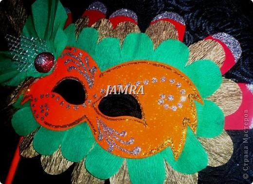 Каникулы мои позади ...... Итог моего *отдыха* -маски , маски , маски..... За пару недель мне нужно было приготовить к празднику * Бразильский карнавал * 20 масок для моих пупсов . В наличии знакомый набор ...... . бумага цветная и ........у нас ее крепо называют (мягкая на ощупь ,простите не знаю как порусски) , картон , клей ПВА , шприц без иглы , небольшой кусок декоративной ткани (сетка) , краски и еще мне пригодился гипс и пайетки ( вот что мне больше всего понравилось ) . Долго размышляла на какую тематику изготовить маски ....зверюшки , цветы , рыбки и........так далее.......все это уже проходили , мне же хотелось нового и обязательно карнавального ! фото 22