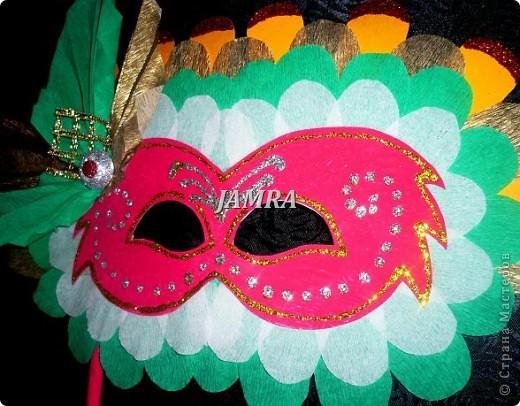 Каникулы мои позади ...... Итог моего *отдыха* -маски , маски , маски..... За пару недель мне нужно было приготовить к празднику * Бразильский карнавал * 20 масок для моих пупсов . В наличии знакомый набор ...... . бумага цветная и ........у нас ее крепо называют (мягкая на ощупь ,простите не знаю как порусски) , картон , клей ПВА , шприц без иглы , небольшой кусок декоративной ткани (сетка) , краски и еще мне пригодился гипс и пайетки ( вот что мне больше всего понравилось ) . Долго размышляла на какую тематику изготовить маски ....зверюшки , цветы , рыбки и........так далее.......все это уже проходили , мне же хотелось нового и обязательно карнавального ! фото 23