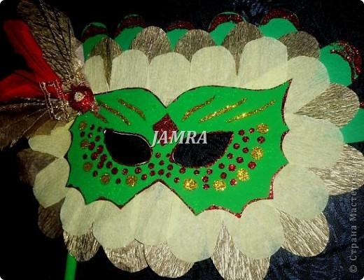 Каникулы мои позади ...... Итог моего *отдыха* -маски , маски , маски..... За пару недель мне нужно было приготовить к празднику * Бразильский карнавал * 20 масок для моих пупсов . В наличии знакомый набор ...... . бумага цветная и ........у нас ее крепо называют (мягкая на ощупь ,простите не знаю как порусски) , картон , клей ПВА , шприц без иглы , небольшой кусок декоративной ткани (сетка) , краски и еще мне пригодился гипс и пайетки ( вот что мне больше всего понравилось ) . Долго размышляла на какую тематику изготовить маски ....зверюшки , цветы , рыбки и........так далее.......все это уже проходили , мне же хотелось нового и обязательно карнавального ! фото 24