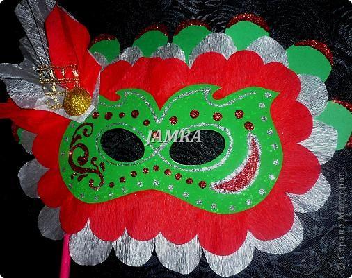 Каникулы мои позади ...... Итог моего *отдыха* -маски , маски , маски..... За пару недель мне нужно было приготовить к празднику * Бразильский карнавал * 20 масок для моих пупсов . В наличии знакомый набор ...... . бумага цветная и ........у нас ее крепо называют (мягкая на ощупь ,простите не знаю как порусски) , картон , клей ПВА , шприц без иглы , небольшой кусок декоративной ткани (сетка) , краски и еще мне пригодился гипс и пайетки ( вот что мне больше всего понравилось ) . Долго размышляла на какую тематику изготовить маски ....зверюшки , цветы , рыбки и........так далее.......все это уже проходили , мне же хотелось нового и обязательно карнавального ! фото 25