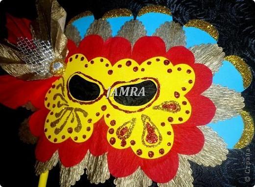 Каникулы мои позади ...... Итог моего *отдыха* -маски , маски , маски..... За пару недель мне нужно было приготовить к празднику * Бразильский карнавал * 20 масок для моих пупсов . В наличии знакомый набор ...... . бумага цветная и ........у нас ее крепо называют (мягкая на ощупь ,простите не знаю как порусски) , картон , клей ПВА , шприц без иглы , небольшой кусок декоративной ткани (сетка) , краски и еще мне пригодился гипс и пайетки ( вот что мне больше всего понравилось ) . Долго размышляла на какую тематику изготовить маски ....зверюшки , цветы , рыбки и........так далее.......все это уже проходили , мне же хотелось нового и обязательно карнавального ! фото 28