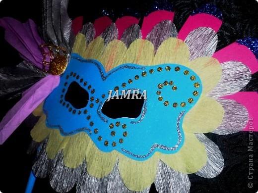Каникулы мои позади ...... Итог моего *отдыха* -маски , маски , маски..... За пару недель мне нужно было приготовить к празднику * Бразильский карнавал * 20 масок для моих пупсов . В наличии знакомый набор ...... . бумага цветная и ........у нас ее крепо называют (мягкая на ощупь ,простите не знаю как порусски) , картон , клей ПВА , шприц без иглы , небольшой кусок декоративной ткани (сетка) , краски и еще мне пригодился гипс и пайетки ( вот что мне больше всего понравилось ) . Долго размышляла на какую тематику изготовить маски ....зверюшки , цветы , рыбки и........так далее.......все это уже проходили , мне же хотелось нового и обязательно карнавального ! фото 15