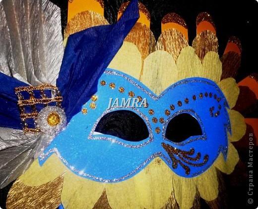 Каникулы мои позади ...... Итог моего *отдыха* -маски , маски , маски..... За пару недель мне нужно было приготовить к празднику * Бразильский карнавал * 20 масок для моих пупсов . В наличии знакомый набор ...... . бумага цветная и ........у нас ее крепо называют (мягкая на ощупь ,простите не знаю как порусски) , картон , клей ПВА , шприц без иглы , небольшой кусок декоративной ткани (сетка) , краски и еще мне пригодился гипс и пайетки ( вот что мне больше всего понравилось ) . Долго размышляла на какую тематику изготовить маски ....зверюшки , цветы , рыбки и........так далее.......все это уже проходили , мне же хотелось нового и обязательно карнавального ! фото 16