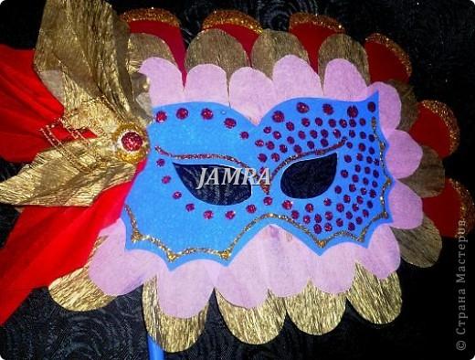 Каникулы мои позади ...... Итог моего *отдыха* -маски , маски , маски..... За пару недель мне нужно было приготовить к празднику * Бразильский карнавал * 20 масок для моих пупсов . В наличии знакомый набор ...... . бумага цветная и ........у нас ее крепо называют (мягкая на ощупь ,простите не знаю как порусски) , картон , клей ПВА , шприц без иглы , небольшой кусок декоративной ткани (сетка) , краски и еще мне пригодился гипс и пайетки ( вот что мне больше всего понравилось ) . Долго размышляла на какую тематику изготовить маски ....зверюшки , цветы , рыбки и........так далее.......все это уже проходили , мне же хотелось нового и обязательно карнавального ! фото 17
