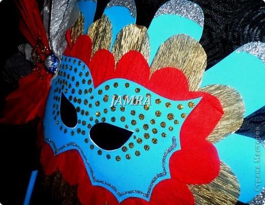 Каникулы мои позади ...... Итог моего *отдыха* -маски , маски , маски..... За пару недель мне нужно было приготовить к празднику * Бразильский карнавал * 20 масок для моих пупсов . В наличии знакомый набор ...... . бумага цветная и ........у нас ее крепо называют (мягкая на ощупь ,простите не знаю как порусски) , картон , клей ПВА , шприц без иглы , небольшой кусок декоративной ткани (сетка) , краски и еще мне пригодился гипс и пайетки ( вот что мне больше всего понравилось ) . Долго размышляла на какую тематику изготовить маски ....зверюшки , цветы , рыбки и........так далее.......все это уже проходили , мне же хотелось нового и обязательно карнавального ! фото 18