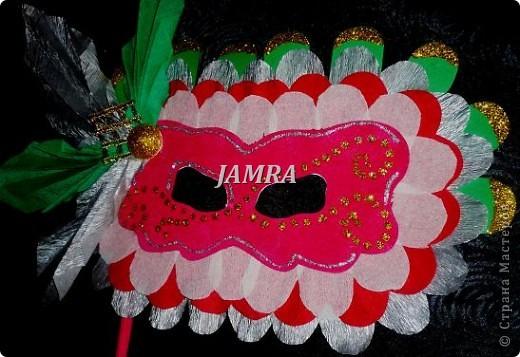 Каникулы мои позади ...... Итог моего *отдыха* -маски , маски , маски..... За пару недель мне нужно было приготовить к празднику * Бразильский карнавал * 20 масок для моих пупсов . В наличии знакомый набор ...... . бумага цветная и ........у нас ее крепо называют (мягкая на ощупь ,простите не знаю как порусски) , картон , клей ПВА , шприц без иглы , небольшой кусок декоративной ткани (сетка) , краски и еще мне пригодился гипс и пайетки ( вот что мне больше всего понравилось ) . Долго размышляла на какую тематику изготовить маски ....зверюшки , цветы , рыбки и........так далее.......все это уже проходили , мне же хотелось нового и обязательно карнавального ! фото 12