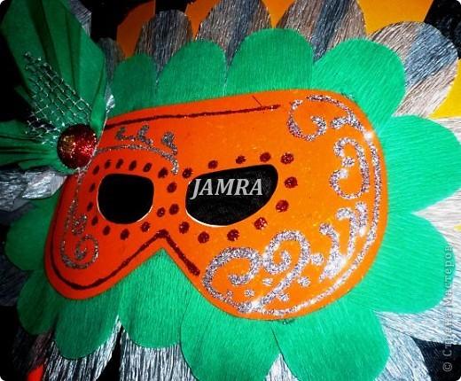 Каникулы мои позади ...... Итог моего *отдыха* -маски , маски , маски..... За пару недель мне нужно было приготовить к празднику * Бразильский карнавал * 20 масок для моих пупсов . В наличии знакомый набор ...... . бумага цветная и ........у нас ее крепо называют (мягкая на ощупь ,простите не знаю как порусски) , картон , клей ПВА , шприц без иглы , небольшой кусок декоративной ткани (сетка) , краски и еще мне пригодился гипс и пайетки ( вот что мне больше всего понравилось ) . Долго размышляла на какую тематику изготовить маски ....зверюшки , цветы , рыбки и........так далее.......все это уже проходили , мне же хотелось нового и обязательно карнавального ! фото 13