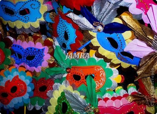 Каникулы мои позади ...... Итог моего *отдыха* -маски , маски , маски..... За пару недель мне нужно было приготовить к празднику * Бразильский карнавал * 20 масок для моих пупсов . В наличии знакомый набор ...... . бумага цветная и ........у нас ее крепо называют (мягкая на ощупь ,простите не знаю как порусски) , картон , клей ПВА , шприц без иглы , небольшой кусок декоративной ткани (сетка) , краски и еще мне пригодился гипс и пайетки ( вот что мне больше всего понравилось ) . Долго размышляла на какую тематику изготовить маски ....зверюшки , цветы , рыбки и........так далее.......все это уже проходили , мне же хотелось нового и обязательно карнавального ! фото 34
