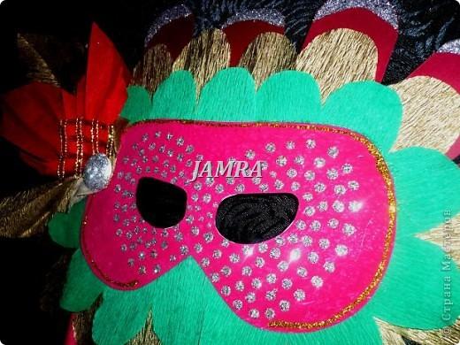 Каникулы мои позади ...... Итог моего *отдыха* -маски , маски , маски..... За пару недель мне нужно было приготовить к празднику * Бразильский карнавал * 20 масок для моих пупсов . В наличии знакомый набор ...... . бумага цветная и ........у нас ее крепо называют (мягкая на ощупь ,простите не знаю как порусски) , картон , клей ПВА , шприц без иглы , небольшой кусок декоративной ткани (сетка) , краски и еще мне пригодился гипс и пайетки ( вот что мне больше всего понравилось ) . Долго размышляла на какую тематику изготовить маски ....зверюшки , цветы , рыбки и........так далее.......все это уже проходили , мне же хотелось нового и обязательно карнавального ! фото 14
