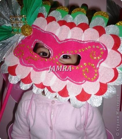 Каникулы мои позади ...... Итог моего *отдыха* -маски , маски , маски..... За пару недель мне нужно было приготовить к празднику * Бразильский карнавал * 20 масок для моих пупсов . В наличии знакомый набор ...... . бумага цветная и ........у нас ее крепо называют (мягкая на ощупь ,простите не знаю как порусски) , картон , клей ПВА , шприц без иглы , небольшой кусок декоративной ткани (сетка) , краски и еще мне пригодился гипс и пайетки ( вот что мне больше всего понравилось ) . Долго размышляла на какую тематику изготовить маски ....зверюшки , цветы , рыбки и........так далее.......все это уже проходили , мне же хотелось нового и обязательно карнавального ! фото 7