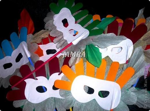 Каникулы мои позади ...... Итог моего *отдыха* -маски , маски , маски..... За пару недель мне нужно было приготовить к празднику * Бразильский карнавал * 20 масок для моих пупсов . В наличии знакомый набор ...... . бумага цветная и ........у нас ее крепо называют (мягкая на ощупь ,простите не знаю как порусски) , картон , клей ПВА , шприц без иглы , небольшой кусок декоративной ткани (сетка) , краски и еще мне пригодился гипс и пайетки ( вот что мне больше всего понравилось ) . Долго размышляла на какую тематику изготовить маски ....зверюшки , цветы , рыбки и........так далее.......все это уже проходили , мне же хотелось нового и обязательно карнавального ! фото 31