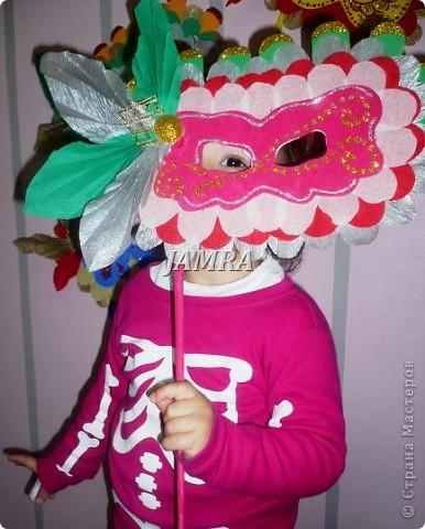 Каникулы мои позади ...... Итог моего *отдыха* -маски , маски , маски..... За пару недель мне нужно было приготовить к празднику * Бразильский карнавал * 20 масок для моих пупсов . В наличии знакомый набор ...... . бумага цветная и ........у нас ее крепо называют (мягкая на ощупь ,простите не знаю как порусски) , картон , клей ПВА , шприц без иглы , небольшой кусок декоративной ткани (сетка) , краски и еще мне пригодился гипс и пайетки ( вот что мне больше всего понравилось ) . Долго размышляла на какую тематику изготовить маски ....зверюшки , цветы , рыбки и........так далее.......все это уже проходили , мне же хотелось нового и обязательно карнавального ! фото 9