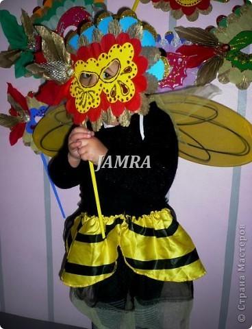 Каникулы мои позади ...... Итог моего *отдыха* -маски , маски , маски..... За пару недель мне нужно было приготовить к празднику * Бразильский карнавал * 20 масок для моих пупсов . В наличии знакомый набор ...... . бумага цветная и ........у нас ее крепо называют (мягкая на ощупь ,простите не знаю как порусски) , картон , клей ПВА , шприц без иглы , небольшой кусок декоративной ткани (сетка) , краски и еще мне пригодился гипс и пайетки ( вот что мне больше всего понравилось ) . Долго размышляла на какую тематику изготовить маски ....зверюшки , цветы , рыбки и........так далее.......все это уже проходили , мне же хотелось нового и обязательно карнавального ! фото 4