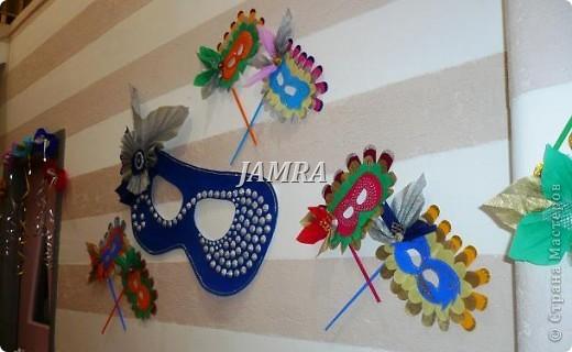 Каникулы мои позади ...... Итог моего *отдыха* -маски , маски , маски..... За пару недель мне нужно было приготовить к празднику * Бразильский карнавал * 20 масок для моих пупсов . В наличии знакомый набор ...... . бумага цветная и ........у нас ее крепо называют (мягкая на ощупь ,простите не знаю как порусски) , картон , клей ПВА , шприц без иглы , небольшой кусок декоративной ткани (сетка) , краски и еще мне пригодился гипс и пайетки ( вот что мне больше всего понравилось ) . Долго размышляла на какую тематику изготовить маски ....зверюшки , цветы , рыбки и........так далее.......все это уже проходили , мне же хотелось нового и обязательно карнавального ! фото 2