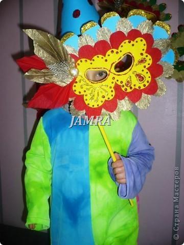 Каникулы мои позади ...... Итог моего *отдыха* -маски , маски , маски..... За пару недель мне нужно было приготовить к празднику * Бразильский карнавал * 20 масок для моих пупсов . В наличии знакомый набор ...... . бумага цветная и ........у нас ее крепо называют (мягкая на ощупь ,простите не знаю как порусски) , картон , клей ПВА , шприц без иглы , небольшой кусок декоративной ткани (сетка) , краски и еще мне пригодился гипс и пайетки ( вот что мне больше всего понравилось ) . Долго размышляла на какую тематику изготовить маски ....зверюшки , цветы , рыбки и........так далее.......все это уже проходили , мне же хотелось нового и обязательно карнавального ! фото 5