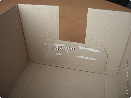 Как из ничего сделать вот такую красивую коробку. Нужно: картонная коробка, упаковочная бумага, нож для резки бумаги, клей, возможно, картон, линейка, степплер. Нужно было мне упаковать подарок – фотоальбом размером больше А4. От цен на упаковочные коробки в магазине мне немного поплохело, кроме того, цвет этих коробок оставлял желать лучшего…   фото 6