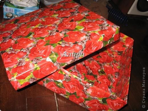 Как из ничего сделать вот такую красивую коробку. Нужно: картонная коробка, упаковочная бумага, нож для резки бумаги, клей, возможно, картон, линейка, степплер. Нужно было мне упаковать подарок – фотоальбом размером больше А4. От цен на упаковочные коробки в магазине мне немного поплохело, кроме того, цвет этих коробок оставлял желать лучшего…   фото 8