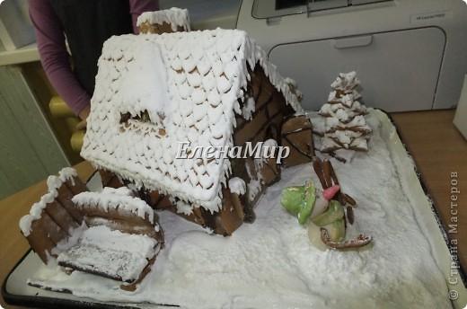 На конкурс зимней поделки мы решили всех деток порадовать пряничным домиком. Вот что у нас с дочкой  получилось! Домик съедобный! Из пряничного теста, украшен глазурью и сахарной пудрой, мармеладом и шоколадом. фото 1