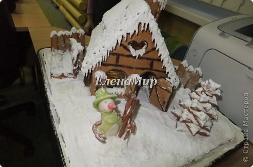 На конкурс зимней поделки мы решили всех деток порадовать пряничным домиком. Вот что у нас с дочкой  получилось! Домик съедобный! Из пряничного теста, украшен глазурью и сахарной пудрой, мармеладом и шоколадом. фото 2