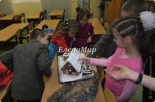 На конкурс зимней поделки мы решили всех деток порадовать пряничным домиком. Вот что у нас с дочкой  получилось! Домик съедобный! Из пряничного теста, украшен глазурью и сахарной пудрой, мармеладом и шоколадом. фото 3