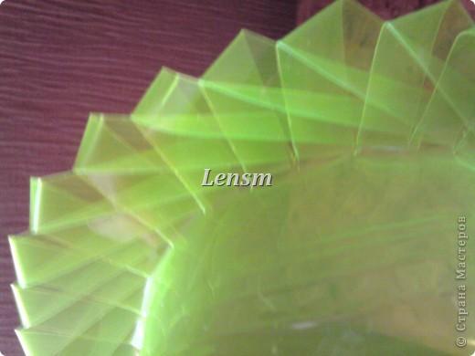 К игре брейн-ринг на тему экология, попросили сделать поделку из бросового материала. Представляю на ваше обозрение вазу с сиренью. Ваза сделана из пластиковой бутылки, сирень из салфеток. фото 4