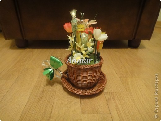 """Мои первые работы. ТО, что Вы видите на картинке - цветы/букеты из конфет. Материалы: 1) Корзинка 2) Искусственные цветы 3) Флористическая """"губка"""" фирмы """"Оазис"""", кажется. 4) Конфеты, скотч, клейкая односторонняя лента зеленого цвета, палочки для шашлыка, зубочистки + ленты и специальная фольга, как упаковочная.  фото 1"""