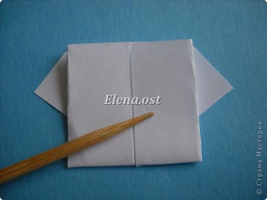 Открытка с элементами оригами и квиллинга. Размер открытки 13х13 см. Материалы: картон, бумага офисная, металлизированная лента, бусины. При копировании статьи, целиком или частично, пожалуйста, указывайте активную ссылку на источник! http://stranamasterov.ru/user/9321 http://stranamasterov.ru/node/169306 фото 10