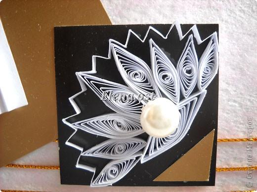 Открытка с элементами оригами и квиллинга. Размер открытки 13х13 см. Материалы: картон, бумага офисная, металлизированная лента, бусины. При копировании статьи, целиком или частично, пожалуйста, указывайте активную ссылку на источник! http://stranamasterov.ru/user/9321 http://stranamasterov.ru/node/169306 фото 3
