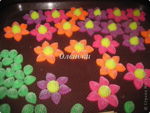 Из гофрокартона накрутили цветы фото 4