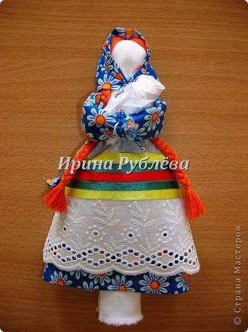 """В древности на Руси существовал обычай изготовления кукол, предназначенных для жертвоприношения разным богам. Каждая при создании обретала имя (Купало, Ярило и т.д.)  Появлялись и ритуальные куклы """"Кострома"""", """"Кукушка"""", """"Русалка"""", изображавшие мифических персонажей. Делали их из веток, трав, цветов, одевали в ткани. С ними участники обходили село, устраивали хороводы, игры, после чего """"хоронили""""-жертвовали богам: топили в реках, сжигали на кострах, а взамен просили счастья.  Создание на Руси """"домашних"""" тряпичных кукол нередко  сопровождалось заговором, наделяющим творение колдовской силой. Чаще всего их делали для себя. Лишь изредка-на заказ или продажу. Существовали своеобразные кукольные торги: выбрав из большого количества тряпичного товара """"свою"""", понравившуюся куклу, на место, где лежала избранница, люди клали выкуп (деньги, вещи, продукты, ткани и т.д.). Ритуальную куклу славяне тщательно оберегали, отводя для неё особое место в избе. Обрядовые куклы были обязательным составляющим всех важных событий. Кукла Берегиня семейного очага. Всё домашнее добро собрано в узелок и она его тщательно бережёт от дурного глаза, да от тех, кто нечист на руку.  фото 7"""