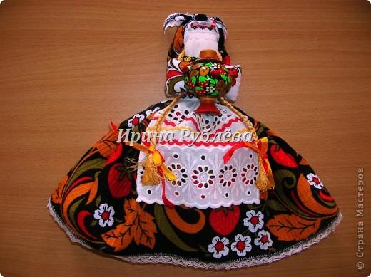 """В древности на Руси существовал обычай изготовления кукол, предназначенных для жертвоприношения разным богам. Каждая при создании обретала имя (Купало, Ярило и т.д.)  Появлялись и ритуальные куклы """"Кострома"""", """"Кукушка"""", """"Русалка"""", изображавшие мифических персонажей. Делали их из веток, трав, цветов, одевали в ткани. С ними участники обходили село, устраивали хороводы, игры, после чего """"хоронили""""-жертвовали богам: топили в реках, сжигали на кострах, а взамен просили счастья.  Создание на Руси """"домашних"""" тряпичных кукол нередко  сопровождалось заговором, наделяющим творение колдовской силой. Чаще всего их делали для себя. Лишь изредка-на заказ или продажу. Существовали своеобразные кукольные торги: выбрав из большого количества тряпичного товара """"свою"""", понравившуюся куклу, на место, где лежала избранница, люди клали выкуп (деньги, вещи, продукты, ткани и т.д.). Ритуальную куклу славяне тщательно оберегали, отводя для неё особое место в избе. Обрядовые куклы были обязательным составляющим всех важных событий. Кукла Берегиня семейного очага. Всё домашнее добро собрано в узелок и она его тщательно бережёт от дурного глаза, да от тех, кто нечист на руку.  фото 9"""