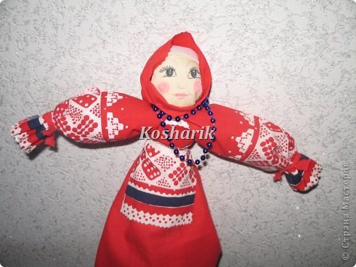 Сегодня мне не чем было заняться и я решила попробовать сделать куклу своими руками...Эта кукла в народной одежде очень легко делается, только бы набраться побольше терпения! Вот я и решила поделиться с вами  моим творчеством...Для начала возьмите побольше ткани на сарафан, головку, рукава, передничек, а ещё лучше всего запастись картоном для основы...Итак начинаем: фото 8