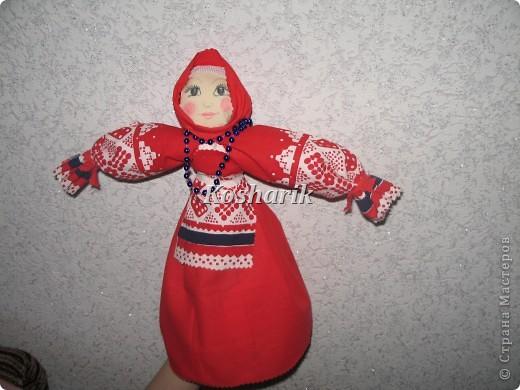 Сегодня мне не чем было заняться и я решила попробовать сделать куклу своими руками...Эта кукла в народной одежде очень легко делается, только бы набраться побольше терпения! Вот я и решила поделиться с вами  моим творчеством...Для начала возьмите побольше ткани на сарафан, головку, рукава, передничек, а ещё лучше всего запастись картоном для основы...Итак начинаем: фото 1
