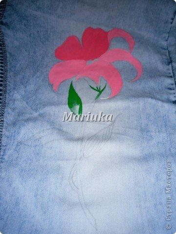 Здравствуйте.На днях мучила свои джинсы вот таим образом))) Взяла краски по ткани(я брала Деколу) и кисточки(лучше брать разного размера для основного рисунка и для мелких деталей) Нарисовала(обычным карандашем) рисунок и на чала его раскрашивать)))Сперва- лепесточки. фото 1