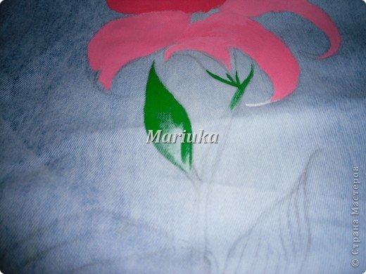 Здравствуйте.На днях мучила свои джинсы вот таим образом))) Взяла краски по ткани(я брала Деколу) и кисточки(лучше брать разного размера для основного рисунка и для мелких деталей) Нарисовала(обычным карандашем) рисунок и на чала его раскрашивать)))Сперва- лепесточки. фото 3